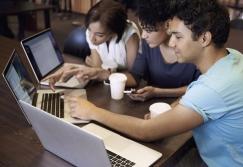 Молодые люди - Встреча с компьютерами